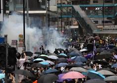 Polícia dispara gás lacrimogéneo contra manifestantes anti-Governo em Hong Kong