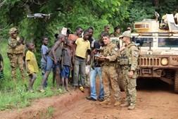 Capitão paraquedista e capitão da Força Aérea mostram imagens de drone a populares de Ndélé