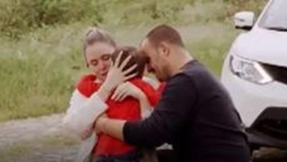 """""""A mãe não te deixa mais"""": Imagens emocionantes mostram momento em que casal reencontra filho após vencer coronavírus"""