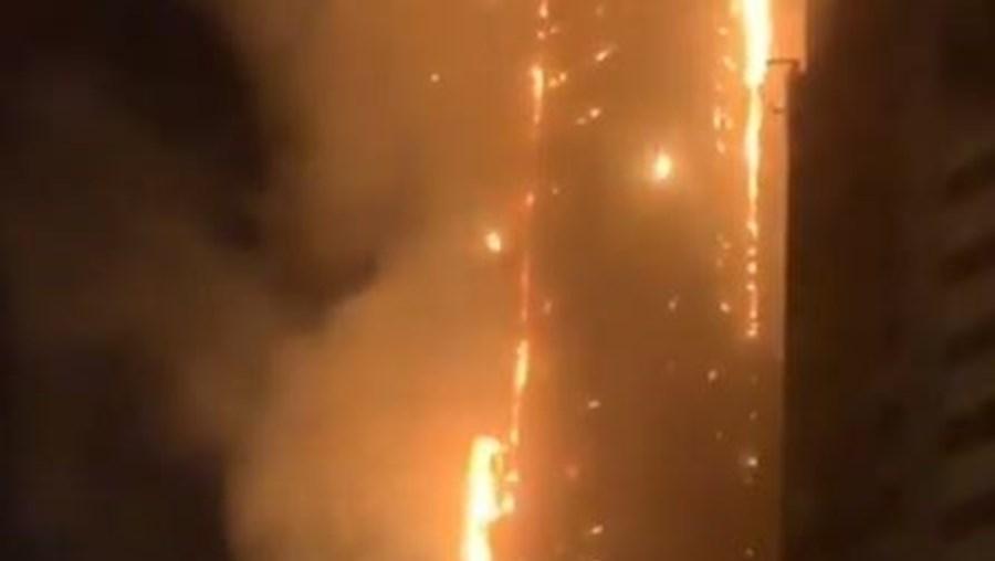 Incêndio consome arranha-céus de 50 andas no Dubai e fere sete pessoas.