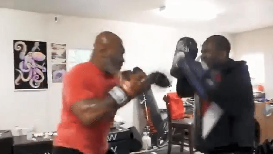 Mike Tyson continua em forma aos 53 anos e mostra-se a treinar