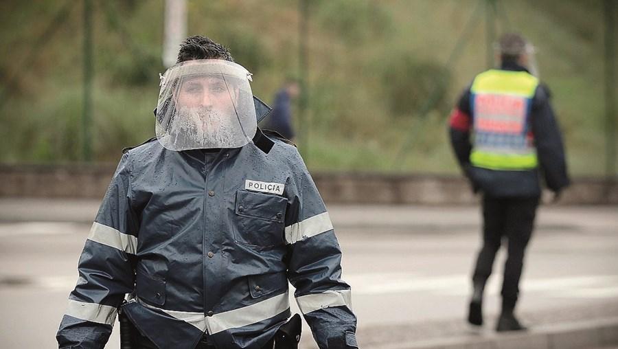 Sindicatos da Polícia denunciam a falta de máscaras, luvas e gel desinfetante. Em ações de fiscalização, alguns agentes surgem apenas de viseira, sem uso de máscara, tal como é aconselhado pelas autoridades de saúde