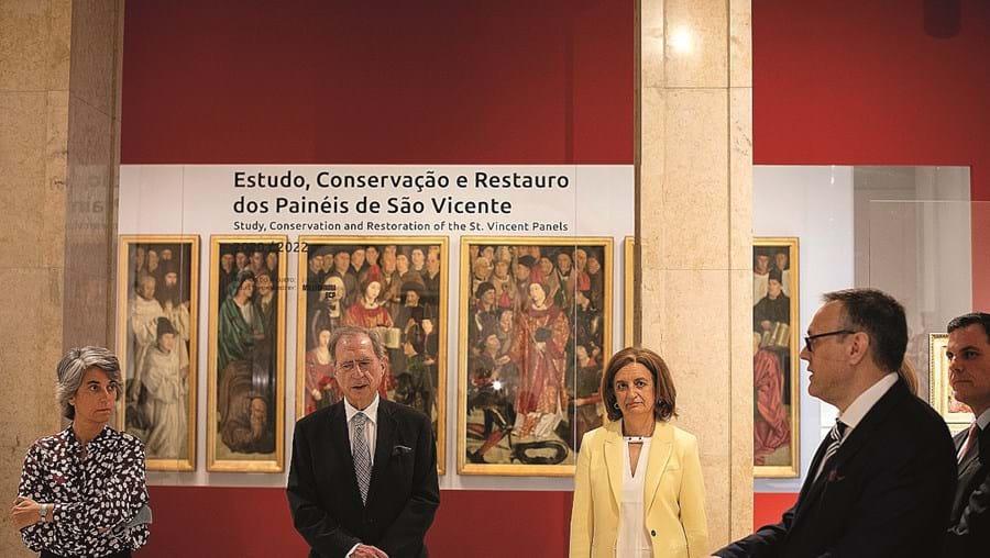 A ministra Graça Fonseca e Joaquim Caetano esta segunda-feira na reabertura do MNAA, juntos dos painéis de S. Vicente de Fora