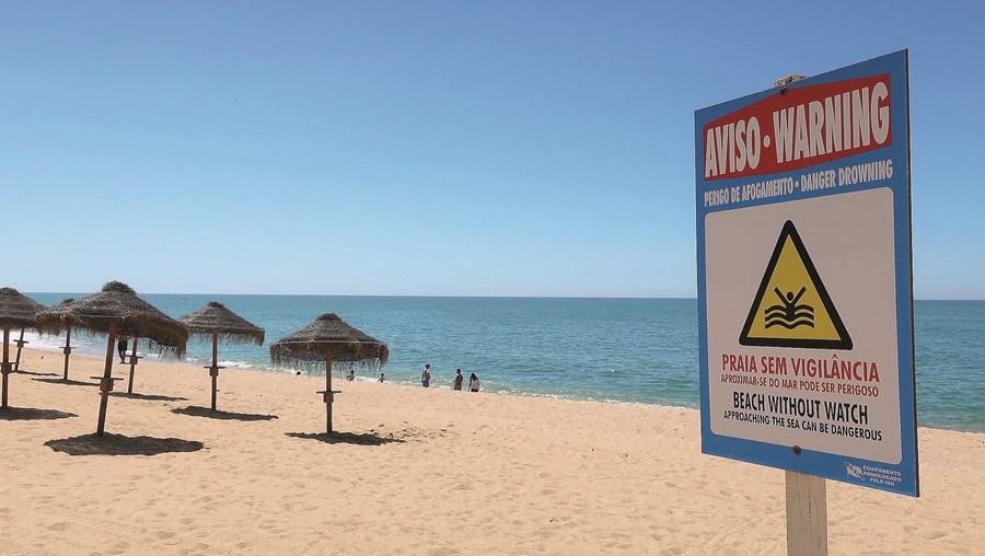 Praias vão ter de instalar zonas de isolamento nos postos de primeiros socorros e equipá-los com termómetros e equipamentos de proteção, como máscaras
