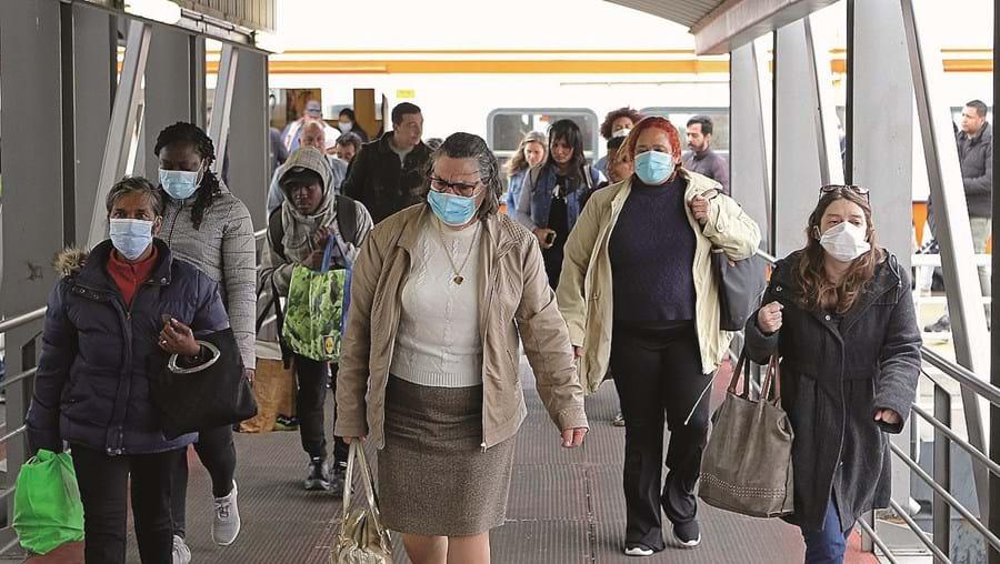 Uso de máscara e distanciamento social são algumas das regras da DGS para andar de transportes públicos