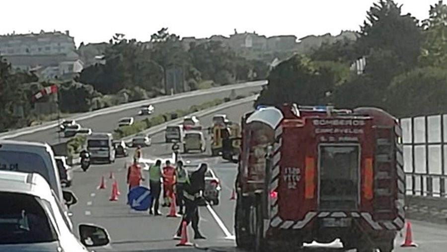 Acidente com camião na A5 bloqueia circulação entre Oeiras e Carcavelos e provoca longas filas
