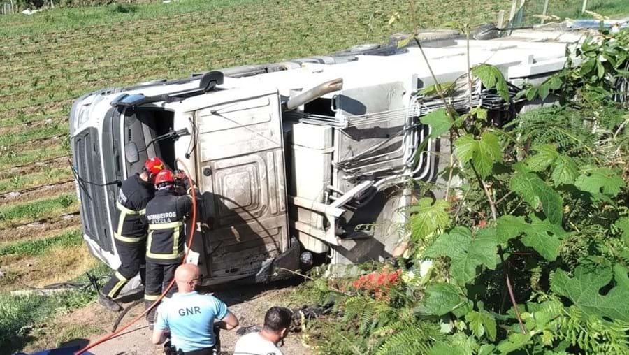 Capotamento de camião do lixo em Vizela faz dois feridos