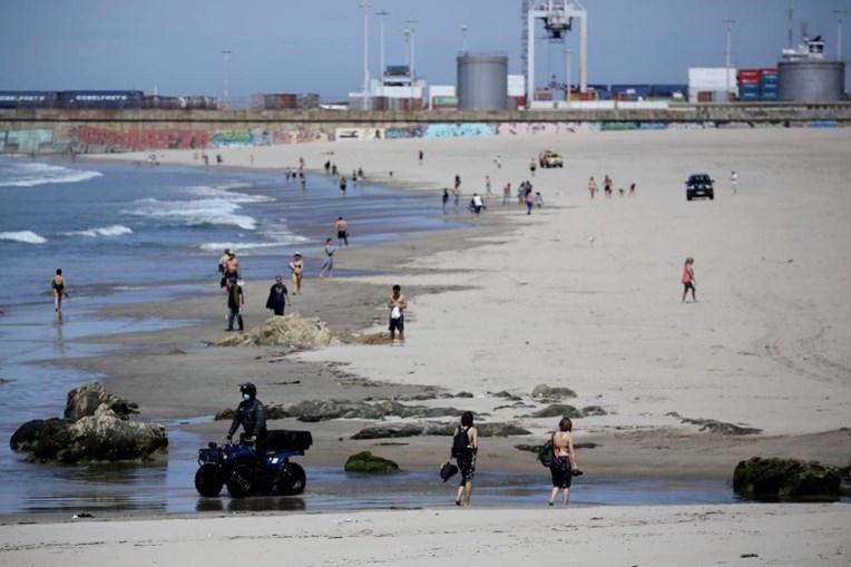 Pessoas na praia em Matosinhos