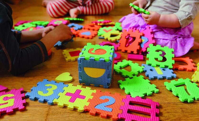 Crianças estão impedidas de levar os seus próprios brinquedos, de casa, para as creches. Nas instituições só poderão ter um, já que não é permitida a partilha de objetos entre as crianças de forma a evitar o contágio