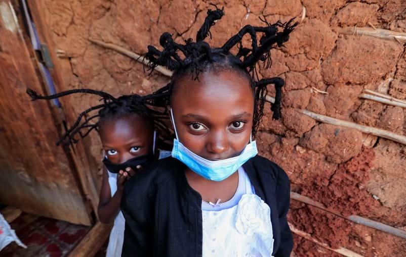 Prático e barato: O penteado coronavírus com tranças em forma de antenas que é moda em África