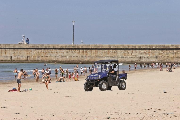 A praia de Matosinhos não tinha tanta gente há muito tempo