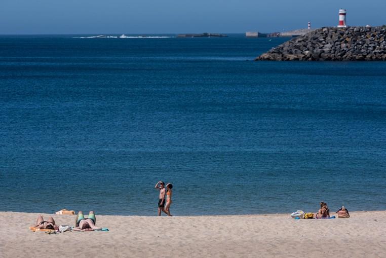 Calor leva portugueses às praias no Litoral Alentejano