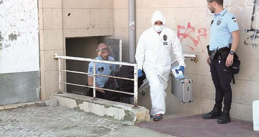 Técnicos do laboratório de Polícia Científica estiveram a fazer perícias no local onde ocorreu o crime