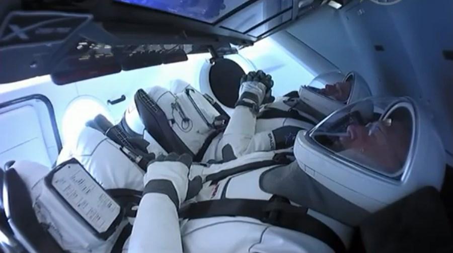 Foguetão de Elon Musk parte para o espaço com tripulantes em missão histórica da NASA