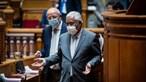 Oradores falam sem máscara no debate quinzenal e contrariam DGS