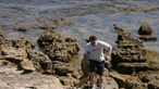 Fotos inéditas mostram pai de Maddie a fazer buscas no areal e nas rochas da Praia da Luz