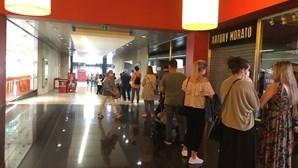 Fila com 100 clientes para aceder a loja em Braga