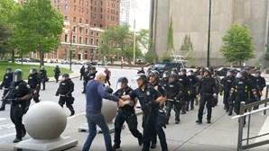 Polícia empurra idoso em protestos nos EUA e deixa-o inconsciente no chão