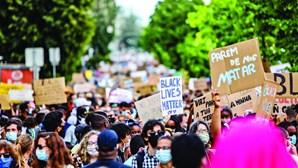 Milhares saem às ruas para lutar contra o racismo e ignoram distanciamento social
