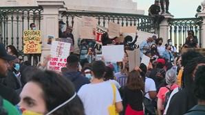 Centenas de pessoas sem regras de distanciamento enchem ruas de Lisboa em protesto. Veja as imagens