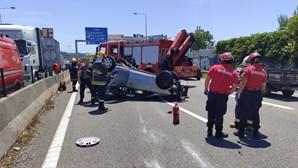 Mãe e filha feridas em colisão entre camião e carro na A44 em Gaia. Bebé de oito meses entre as vítimas