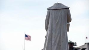 Estátua de Cristóvão Colombo decapitada por manifestantes durante protestos contra racismo. Veja as imagens