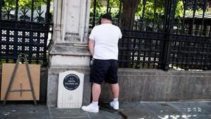 Homem fotografado a urinar junto de memorial a 'polícia herói' morto em atentado terrorista