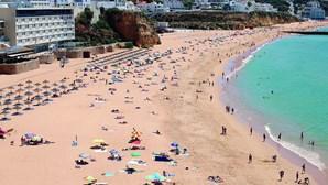 Portugueses animam praias no Algarve