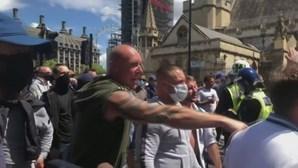 Manifestantes contra restrições devido à Covid-19 envolvem-se em violentos confrontos com a polícia em Londres