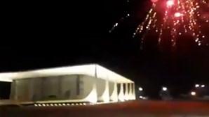 Apoiantes de Bolsonaro disparam fogo de artifício contra o Supremo Tribunal no Brasil