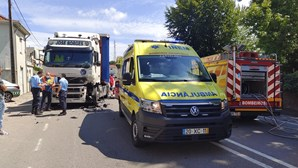 Colisão entre camião e dois carros deixa jovem de 24 anos em estado grave em Gaia