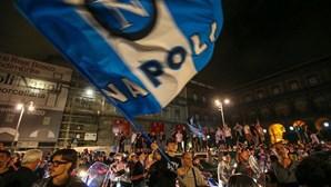 Festejos em Nápoles foram irresponsabilidade, afirma OMS. Veja as imagens da multidão nas ruas de Itália