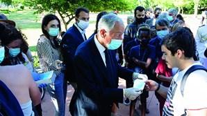 Marcelo dá máscaras e puxa orelhas a jovens devido ao coronavírus