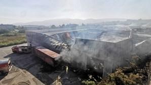 Incêndio em fábrica de Santo Tirso dominado durante a madrugada