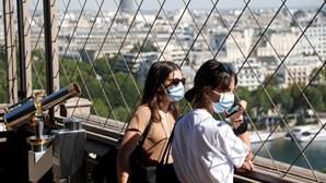 Torre Eiffel reabre aos turistas após 104 dias fechada devido à pandemia. Veja as imagens