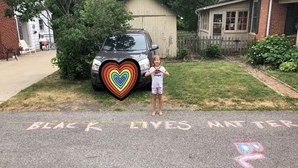 """Menina de nove anos escreve """"Black Lives Matter"""" à porta de casa e vizinha chama a polícia"""