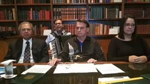 """Bolsonaro homenageia vítimas da Covid-19 com música """"Ave Maria""""... tocada em acordeão"""