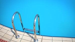 Mulher invade casa para nadar nua em piscina