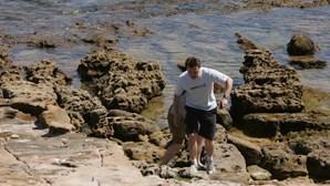 Fotos inéditas mostram pai de Maddie a fazer buscas na Praia da Luz