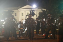 Polícia lança gás lacrimogéneo para dispersar manifestantes em frente à Casa Branca