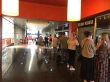 Dezenas de pessoas formam fila de perder de vista à porta da Primark em Braga. Veja as imagens