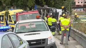 Camião betoneira tomba no acesso do IC20 para a Ponte 25 de Abril em Almada
