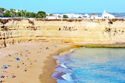Praia da Senhora da Rocha, em Lagoa