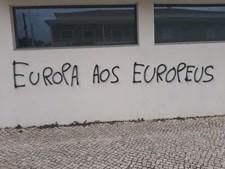 Escolas e centros de refugiados vandalizados com frases racistas