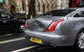 Manifestante atira-se para a frente de carro de Boris Johnson e provoca acidente