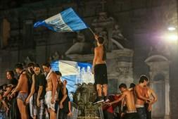 Milhares de pessoas celebraram nas ruas de Nápoles a conquista da Taça de Itália em futebol
