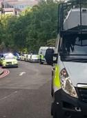 Imagens mostram forte dispositivo policial e helicópteros no parque de Reading