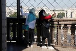 Torre Eiffel reabre parcialmente aos turistas após 104 dias fechada