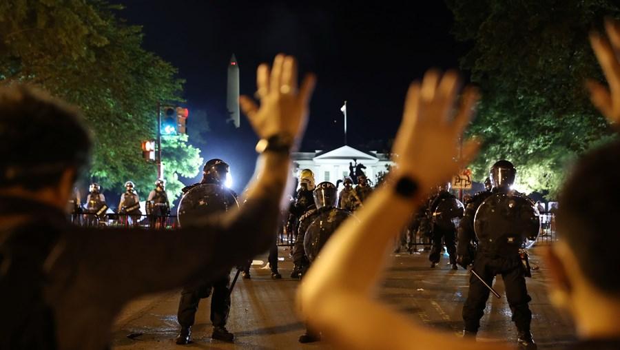 Polícia dispersa manifestantes com gás lacrimogéneo em frente à...