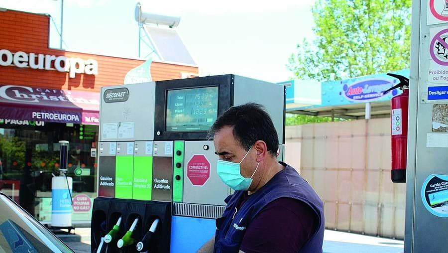 O abastecimento em postos de combustível de hipermercados representa uma poupança de 13 cêntimos por litro